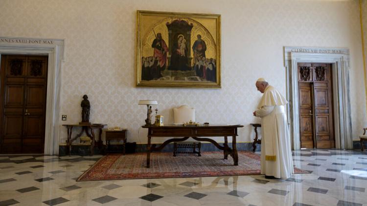 El Papa reza el Padrenuestro: misericordia para la humanidad golpeada