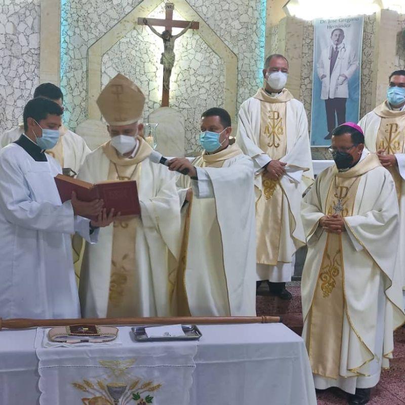 Mons. Gonzalo Ontiveros realizó profesión fe y juramento de fidelidad