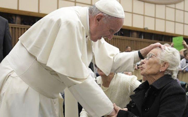 Papa Francisco reza con los abuelos y los ancianos del mundo